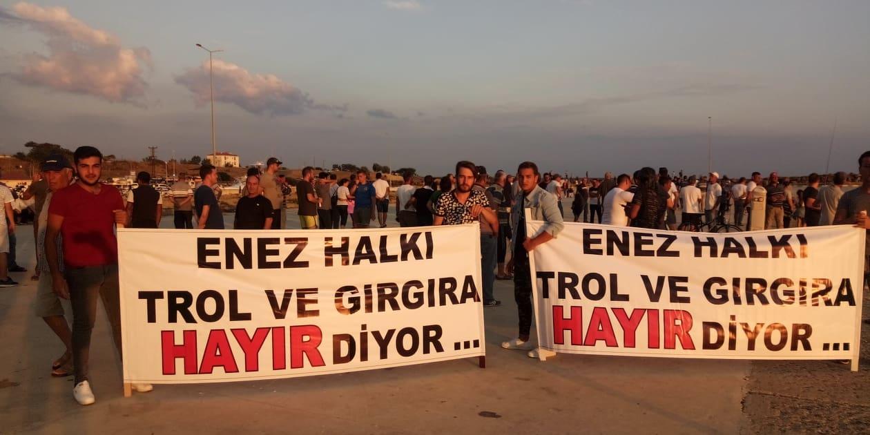 Trollerin Enez Limanına girmek istemesi üzerine halk tepki gösterince geri döndüler