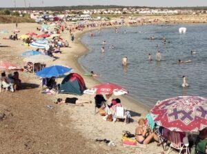 Sıcaklardan ve pandemiden bunalan vatandaşlar kendini denize attı